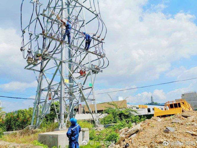 广东肇庆供电局在铁塔上进行绝缘子更换