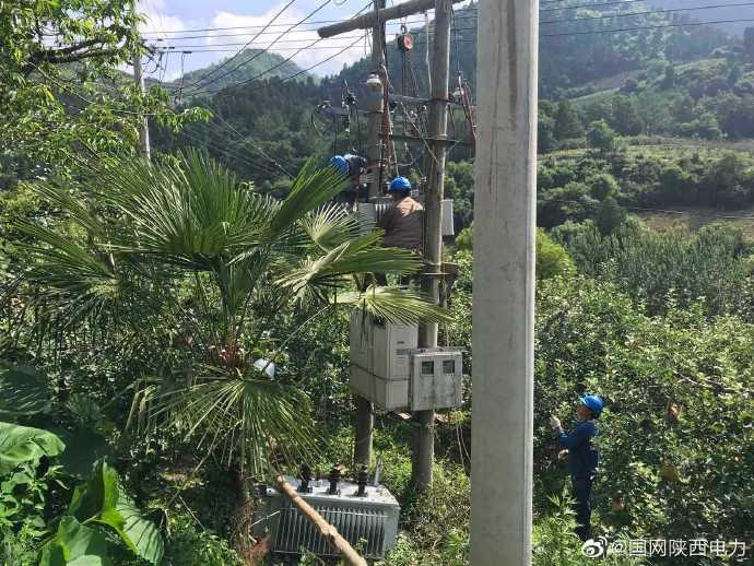 凤县供电公司台区更换变压器工作