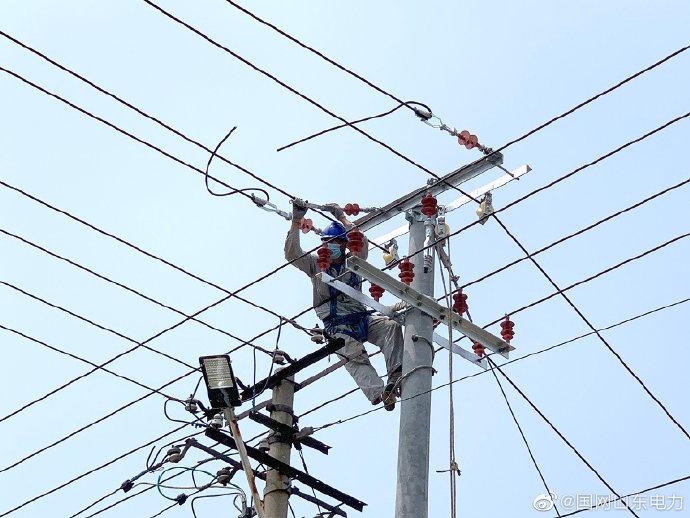 张店村台区新建工程进行架设低压线路