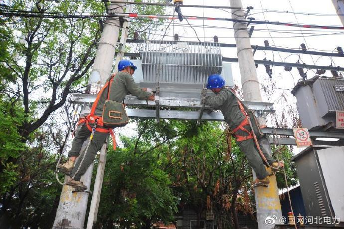 阜兴电力:幼儿园台区进行配变增容施工