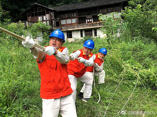 重庆电力公司全力抢修强暴雨受损供电设施