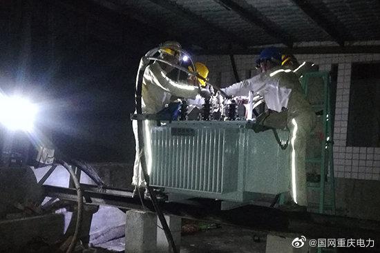 铜梁供电公司:雨夜抢修6小时为医院紧急复电