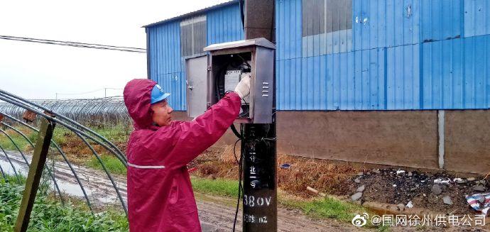 冒雨快速抢修保障蔬菜大棚排涝用电